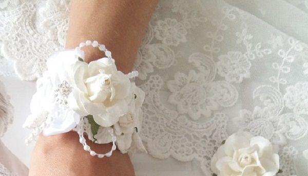Браслеты из цветов на руку подружкам невесты