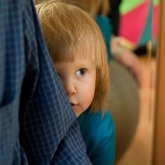ребенок прячется