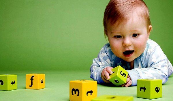 ребенок складывает кубики