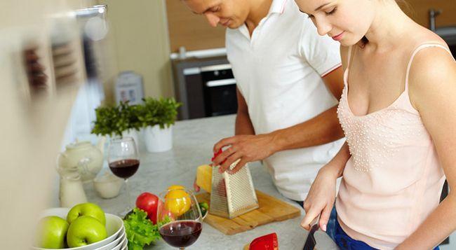 Должен ли муж помогать жене по дому