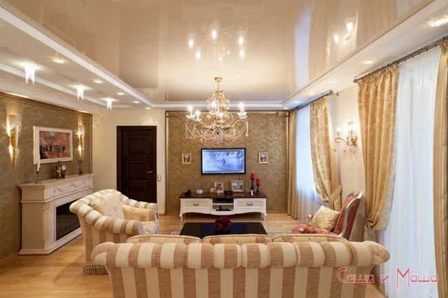 глянцевый потолок в небольшой комнате