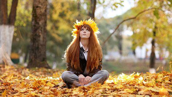 девушка в листях