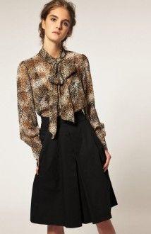 леопардовая блузка с черной юбкой