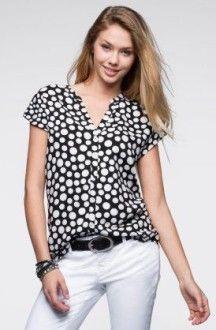 блузка в горошек с белыми джинсами