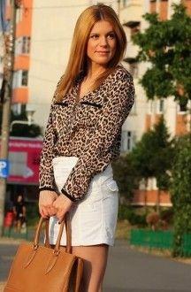 леопардовая блузка с белой юбкой