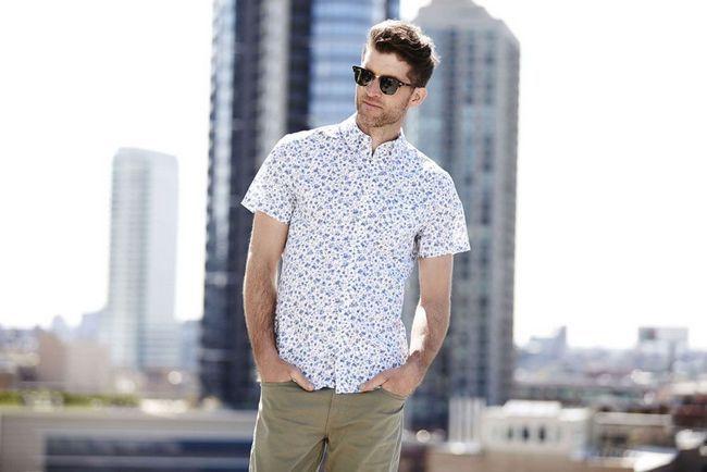мужчина в рубашке с коротким рукавом
