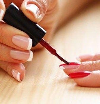 женщина красит ногти