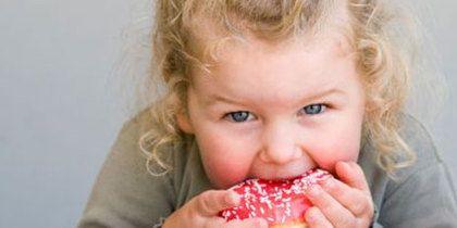 девочка ест пончик