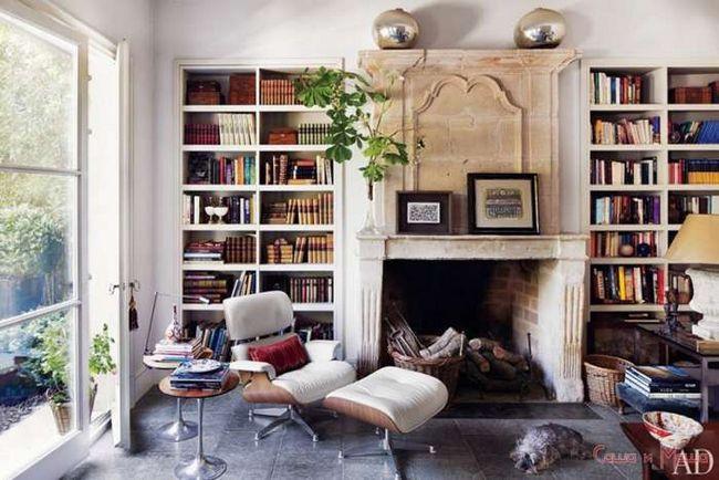 вертиальные полки с книгами в гостинной