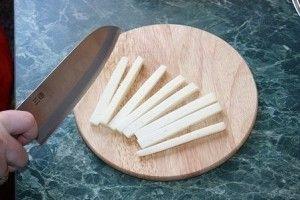 режем сыр на роллы