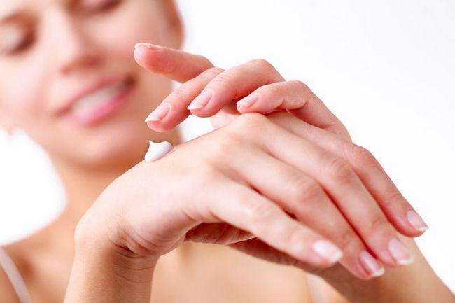 Сухая кожа рук – это проблема многих девушек, особенно в осенне-зимний период. Да и в летнее время наши руки находится под постоянным воздействием неблагоприятных факторов. Сухая кожа доставляет дискомфорт, она выглядит неопрятно, неприятна на ощупь. А еще на ней появляются раздражение, ранки, заусеницы, трещины, которые впоследствии могут серьезно повлиять на здоровье организма в целом. У каждой любящей себя девушки в косметичке найдется целый арсенал действенных увлажняющих средств для рук. Так и должно быть. Но давайте разберемся в этой теме подробней: почему сохнет кожа рук, откуда появляется чувство стянутости, шелушение, зуд, т как на это можно повлиять. Предлагаем нанести очередную порцию крема (она не повредит) и углубиться в теорию. А в конце статьи вас ожидает сюрприз. Почему сохнет кожа рук В первую очередь, потому что на руках находится меньше сальных желез, чем, например, на лице. Поэтому рукам без дополнительного увлажнения и питания не обойтись. Кроме этого, наши руки находятся в постоянном движении и в соприкосновении с окружающим миром. И чаще всего их не защищает никакая одежда. Но кроме внешних угроз, на состояние кожи рук влияет и внутреннее состояние организма. Ниже перечислены факторы, которые негативно влияют на кожные ткани наших ручек. • Жесткая вода и моюще-чистящие средства. Мыть посуду в перчатках – это не занятие белоручки, а такая же необходимость, как расчесывать волосы. Во время уборки мы часто используем различную бытовую химию, которая способна очистить ржавчину и накипь. А с тонкой кожей рук она тем более справится в два счета. В итоге мы имеем нарушенный верхний защитный слой эпидермиса, сухие, шелушащиеся и потрескавшиеся руки. Иногда возможно появление аллергической реакции и дерматита. • Температурные перепады и климат. Вы, наверное, сами замечали, что резкие перепады температуры или смена климата сразу же превращают нежные руки в сухие и жесткие. Мороз и сильный ветер пересушивают кожу, утолщают ее и делают грубой. Кожа станов