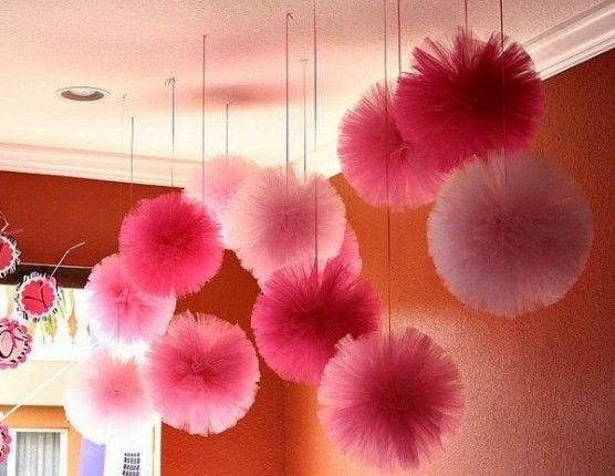 Как украсить комнату на день рождения помпонами