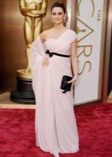 Длинное светло-розовое платье для цветотипа Зима