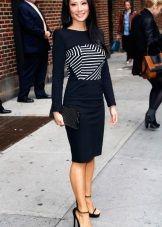 Черное платье с черно-белой полосатой вставкой на груди для цветотипа