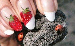 Рисунок на ногтях клубничный