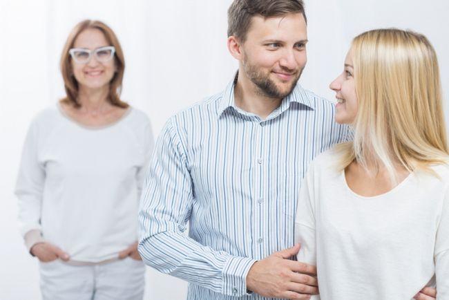 Муж любит маму больше жены