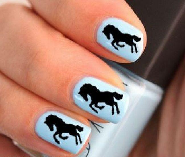 Лошадь на ногтях