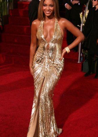 Певица Бьёнс в платье золотого цвета
