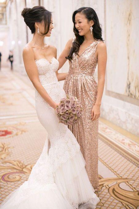 Золотое платье с V-образным вырезом