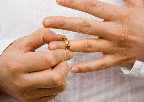 снять обручальное кольцо с пальца