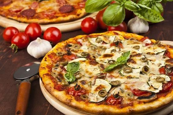 Пицца с колбасой, грибами, сыром и помидорами за 10 минут