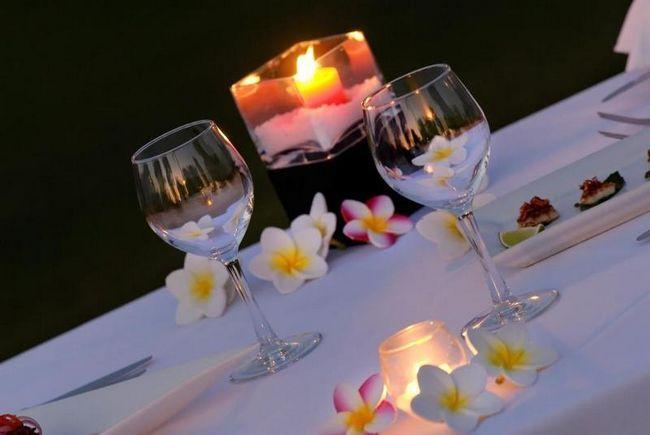 Цветы и свечи, пожалуй, главные атрибуты