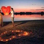На берегу водоема можно отпустить в небо фонарик
