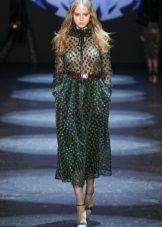 Зеленое платье с коричневым поясом