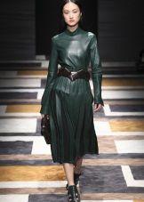 Зеленое платье с черными аксессуарами
