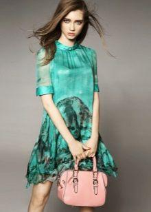 Зеленое платье с персиковой сумкой