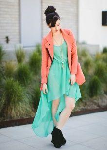 Зеленое платье с персиковым пиджаком