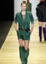 Сапоги в тон к зеленому платью