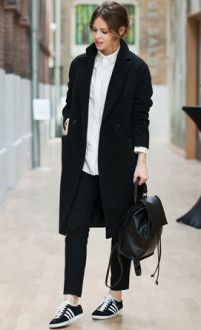 брюки с пальто и рюкзак