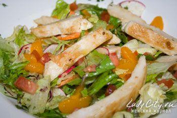 Салат из курицы с мандаринами.