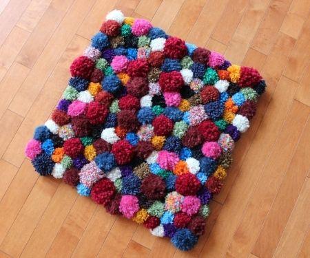 Шьем оригинальный коврик из помпонов