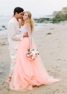 Персиковое свадебное пляжное платье с баской