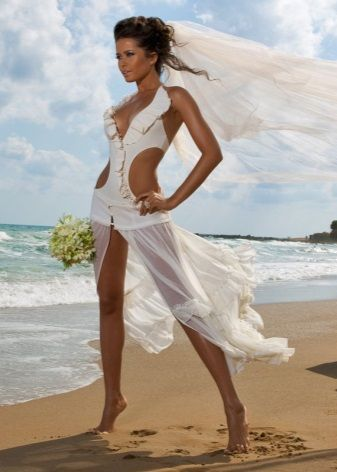Свадебное пляжное платье с большими участками открытого тела