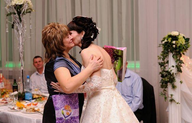 мама поздравляет невесту