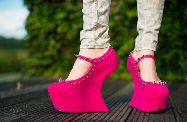Розовые туфли с шипами
