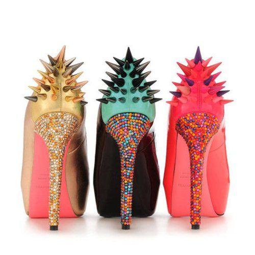 Обувь, украшенная шипами