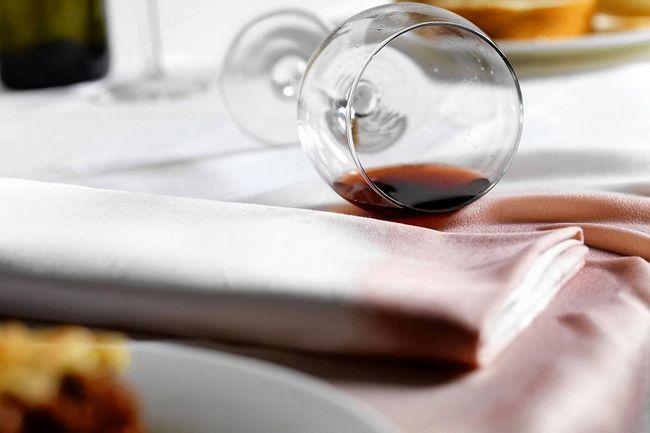 Удаляем пятно от красного вина