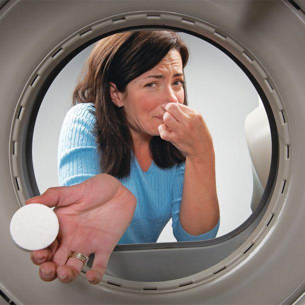 Девушка чистит стиральную машину