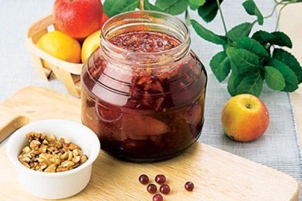 Варенье на меду с яблоками, клюквой и грецкими орехами