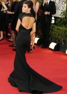 Черное платье с открытой спиной из красной дорожки