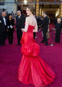 Вечернее красное платье с открытой спиной Эн Хеттеуэй