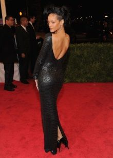 Черное вечернее платье с открытой спиной Рианы