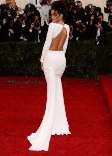 Белое вечернее платье с открытой спиной Рианы
