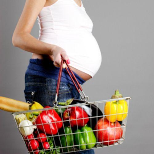беременная покупает овощи