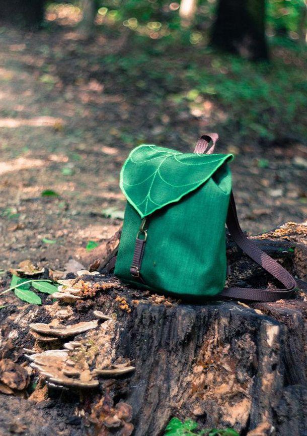Рюкзак на пеньке в лесу