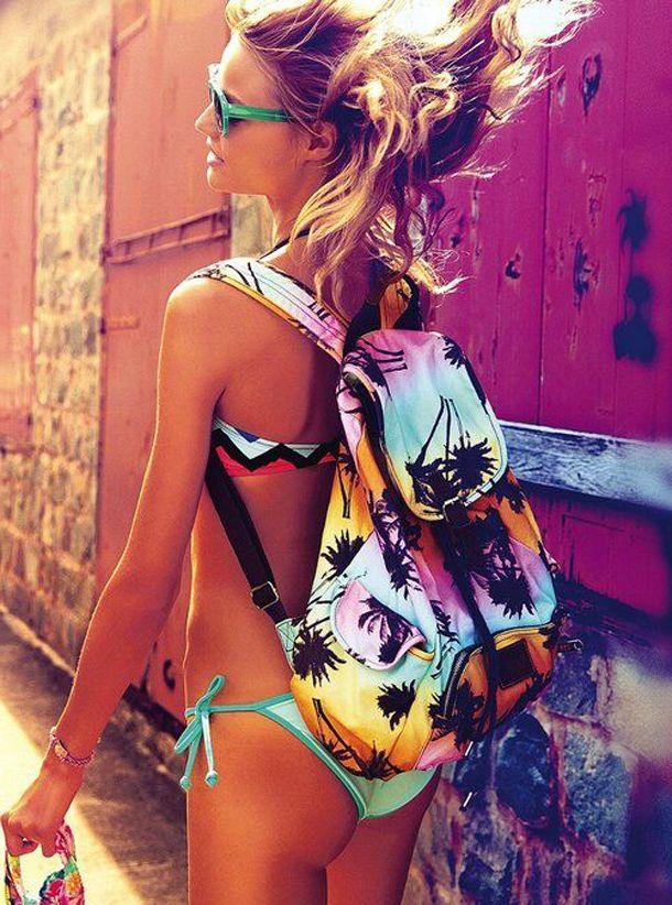 Девушка в купальнике с рюкзаком